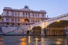 Opinión de la tarde sobre el puente de Umberto y la fachada de la corte de la casación en Roma, Italia Imagenes de archivo