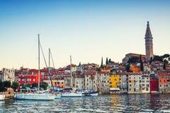 Opinión de la tarde sobre puerto del velero en Rovinj con muchos barcos de vela y yates amarrados, Croacia Imagenes de archivo