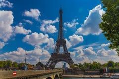 Opinión de la torre de Eifel con el cielo de la nube en fondo Foto de archivo