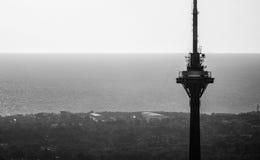 Opinión de la torre de la TV blanco y negro Fotos de archivo libres de regalías