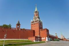 Opinión de la torre de Spasskaya durante día con la pared del Kremlin Imagen de archivo