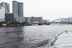 Opinión de la travesía del río de Sumida Foto de archivo libre de regalías