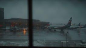 Opinión de la ventana con los aviones de Aeroflot en el terminal F del aeropuerto de Sheremetyevo almacen de metraje de vídeo