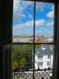 Opinión de la ventana de la mansión de Charleston Imágenes de archivo libres de regalías