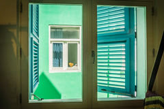 Opinión de la ventana - de las viejas opiniones de Punda Curaçao de los edificios Fotos de archivo libres de regalías
