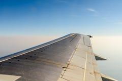 Opinión de la ventana del aeroplano Wing Above Clouds Foto de archivo libre de regalías