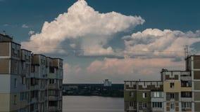 Opinión de la ventana del lago La visión desde Windows en dos edificios altos A partir de día a la noche almacen de metraje de vídeo