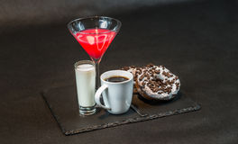 Opinión de lado izquierdo sobre una bebida cosmopolita un vidrio de los decoros de martini Fotografía de archivo libre de regalías