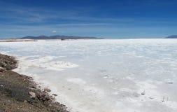 Opinión de lago salt de la orilla al horizont Fotos de archivo libres de regalías