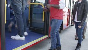 Opinión de lapso de tiempo de los pies del pasajero que suben al autobús almacen de metraje de vídeo