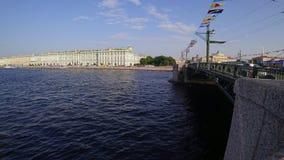 Opinión de lapso de tiempo del puente del palacio en el río de Neva, St Petersburg, Rusia almacen de video