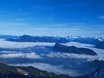 Opinión de las altas montañas y de las nubes Foto de archivo libre de regalías