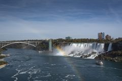 Opinión de las cascadas de Niagara Falls con el arco iris foto de archivo libre de regalías