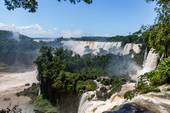 Opinión de las cataratas del Iguazú del lado argentino - frontera del Brasil y de la Argentina fotografía de archivo libre de regalías
