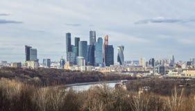 Opinión de las colinas de Vorobyovy Gory Sparrow, plataforma de observación, Moscú de la primavera Fotos de archivo libres de regalías