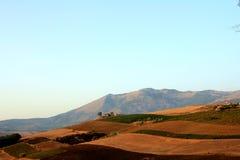 Opinión de las colinas y de los montajes del país Fotografía de archivo