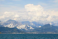 Opinión de las montañas de Apuane Fotos de archivo libres de regalías