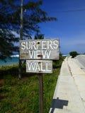 Opinión de las personas que practica surf de una pared de la playa Fotografía de archivo