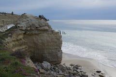 Opinión de las ruinas del embarcadero - puerto Willunga, sur de Australia de los acantilados Imagenes de archivo