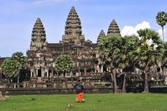 Opinión de las torres del wat de Camboya Angkor de la biblioteca Fotos de archivo libres de regalías