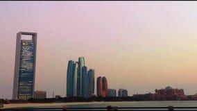 Opinión de las torres de Etihad del corniche de Abu Dhabi - una impulsión en la ciudad almacen de metraje de vídeo