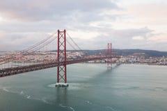Opinión de LISBOA del río Tejo y 25ta April Bridge Imagen de archivo libre de regalías