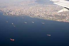Opinión de los pájaros de los buques de carga y de Estambul, Turquía Fotografía de archivo libre de regalías