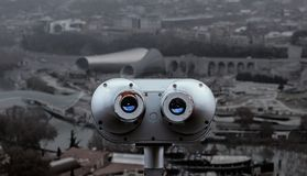 Opinión de los prismáticos de la ciudad foto de archivo libre de regalías