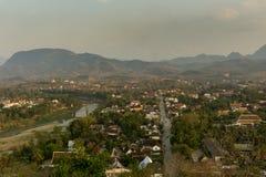 Opinión de Luang Prang Laos del soporte Phu Si imagenes de archivo