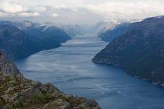 Opinión de Lysefjord de Preikestolen imagenes de archivo