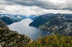 Opinión de Lysefjord del acantilado de Preikestolen en Noruega Imagen de archivo