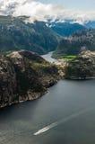 Opinión de Lysefjord del acantilado de Preikestolen en Noruega Fotos de archivo