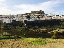 Opinión de Mértola Portugal de la ciudad imagen de archivo libre de regalías