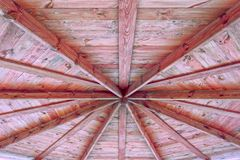 opinión de madera del cenador de la calle del tejado desde adentro imagenes de archivo