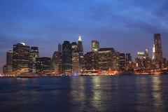 Opinión de Manhattan de Dumbo en la noche Fotos de archivo