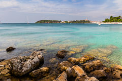 Opinión de mar adriático en Rovinj, destino turístico popular de la costa croata Fotografía de archivo