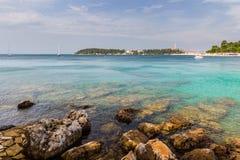 Opinión de mar adriático en Rovinj, destino turístico popular de la costa croata Foto de archivo libre de regalías