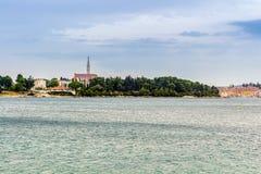 Opinión de mar adriático en Rovinj, destino turístico popular de la costa croata Fotos de archivo libres de regalías
