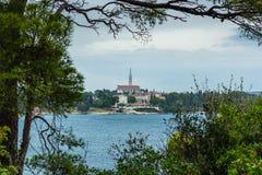 Opinión de mar adriático en Rovinj, destino turístico popular de la costa croata Foto de archivo