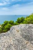 Opinión de mar adriático en Rovinj, destino turístico popular de la costa croata Fotos de archivo