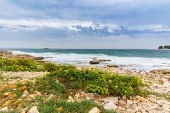 Opinión de mar adriático en Rovinj, destino turístico popular de la costa croata Imagenes de archivo