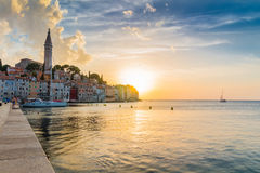Opinión de mar adriático en Rovinj, destino turístico popular de la costa croata Imagen de archivo libre de regalías