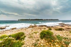 Opinión de mar adriático en Rovinj, destino turístico popular de la costa croata Imágenes de archivo libres de regalías
