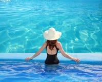 Opinión de mar del Caribe de la mujer azul de la parte posterior de la piscina Imagen de archivo libre de regalías