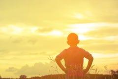 Opinión de mirada asiática de la sol del niño Niño solo y triste con Mountain View en día de fiesta Foto de archivo