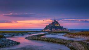 Opinión de Mont Saint-Michel en la luz de la puesta del sol Normandía, F septentrional Foto de archivo