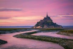 Opinión de Mont Saint-Michel en la luz de la puesta del sol Normandía, F septentrional Fotografía de archivo libre de regalías