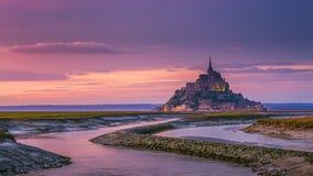 Opinión de Mont Saint-Michel en la luz de la puesta del sol Normandía, F septentrional Fotografía de archivo