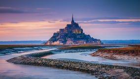 Opinión de Mont Saint-Michel en la luz de la puesta del sol Normandía, F septentrional Fotos de archivo libres de regalías