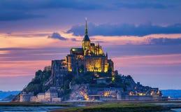 Opinión de Mont Saint-Michel en la luz de la puesta del sol Normandía, F septentrional Imágenes de archivo libres de regalías